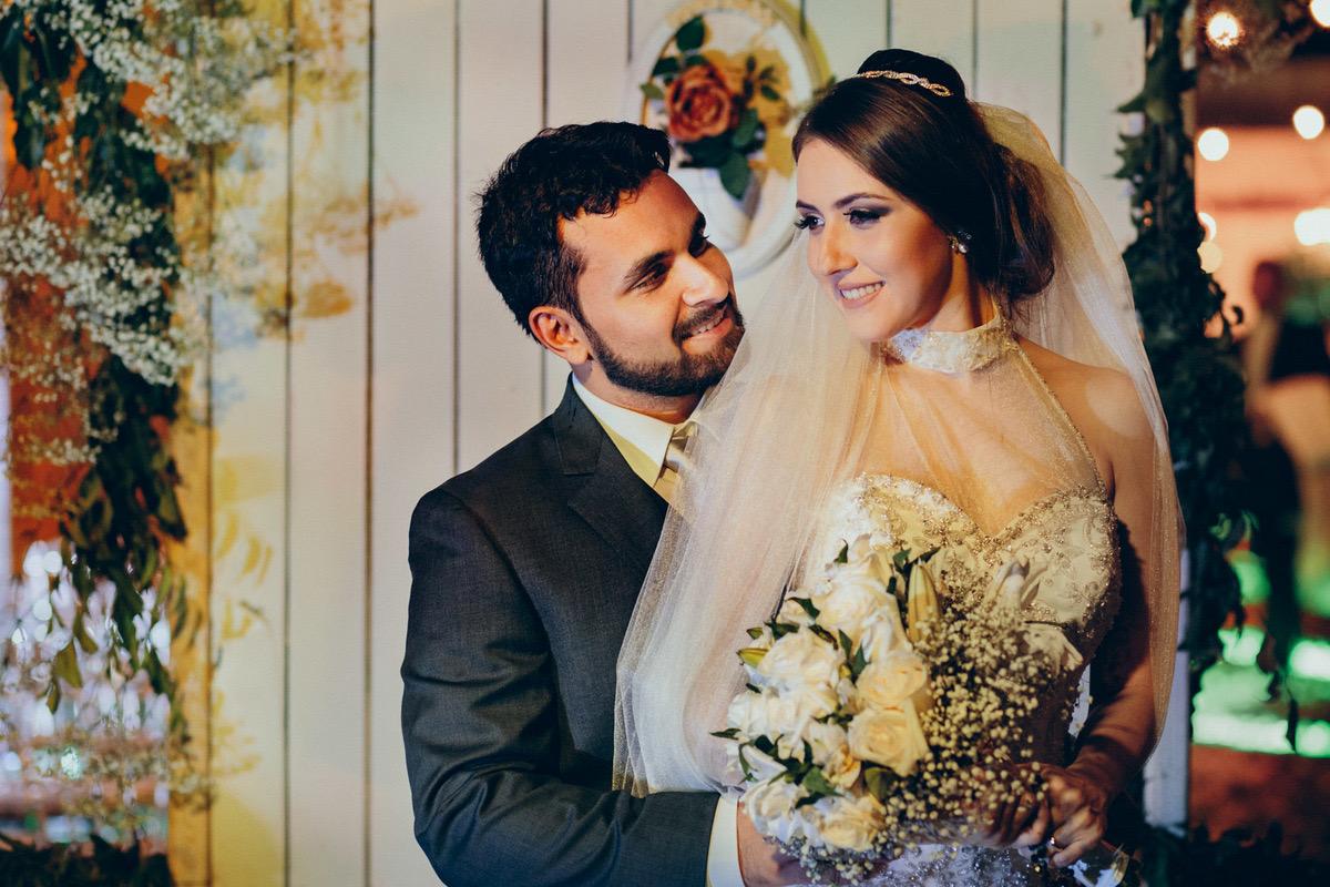 retrato dos noivo na frente de uma porta decorada