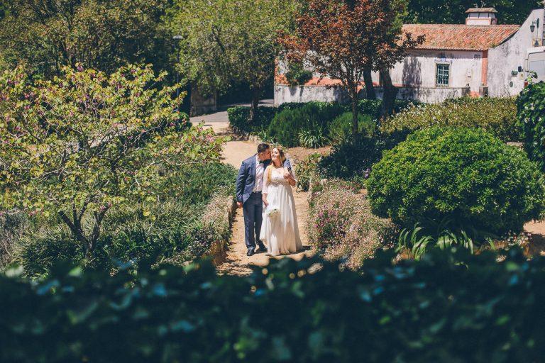 Elopement Casamento Sintra-Lisboa Noivos andando por um jardim