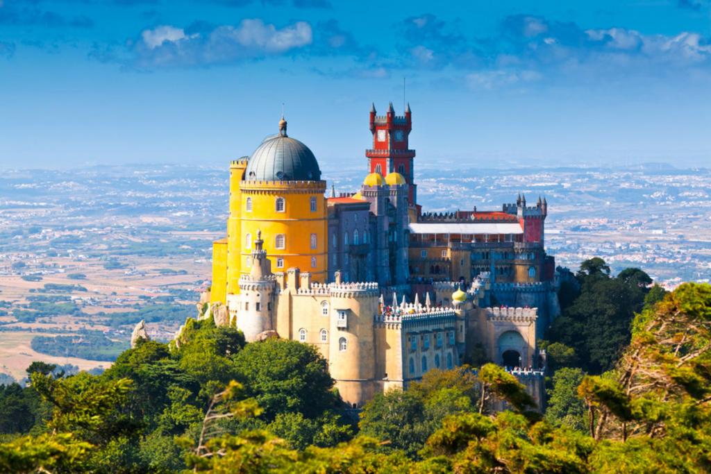 vista aérea do palácio da Pena em Sintra para elopement de luxo em Portugal
