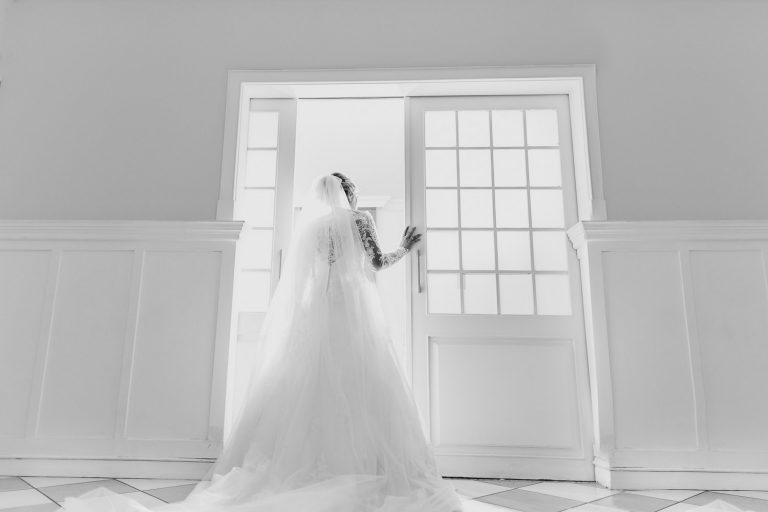 Casamento Paula & Eric noiva de costas abrindo a porta indo a seu casamento