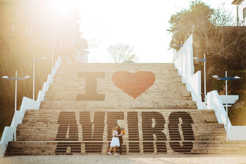 abrazo do casal em Aveiro nas escadarias I Love Aveiro