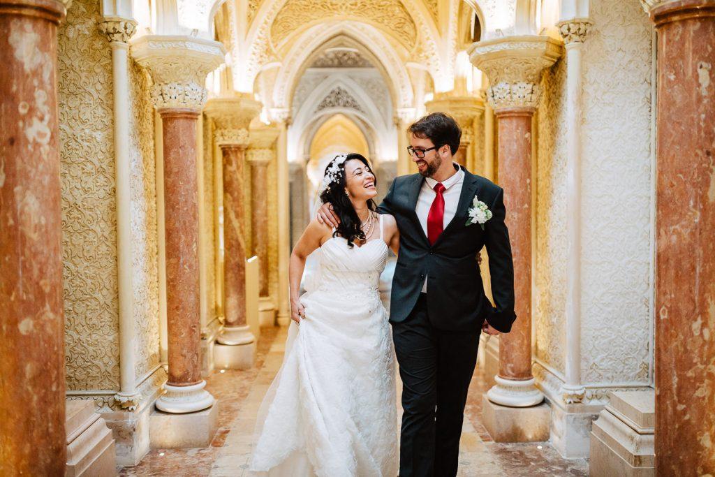 noivos pelo corredor do palácio