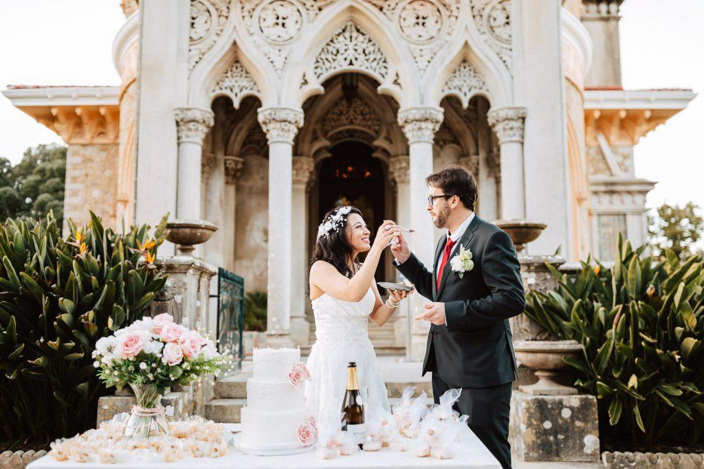 noivos comendo o bolo de casamento